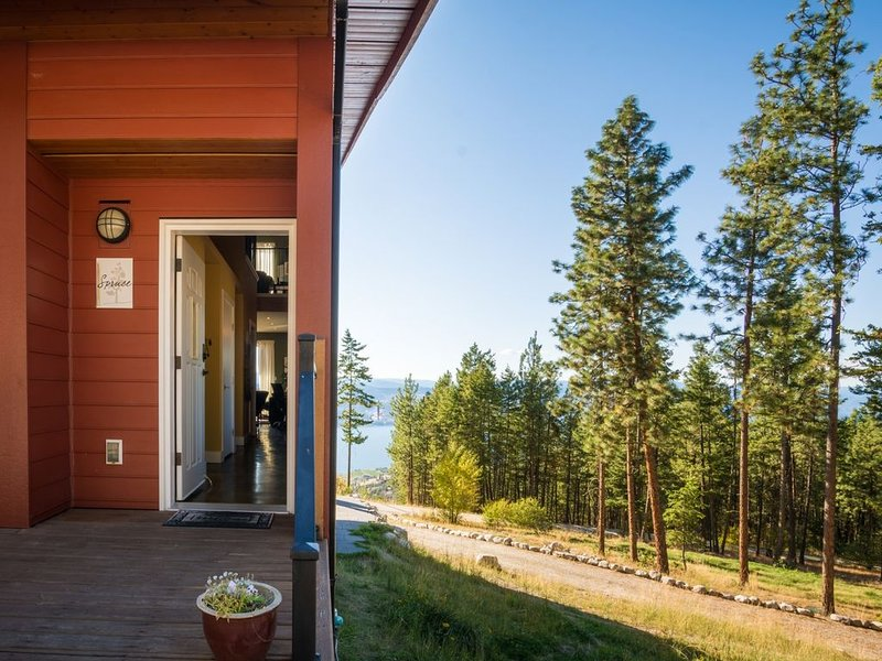 Crooked Tree Guest Suites - The Spruce Suite, holiday rental in Penticton
