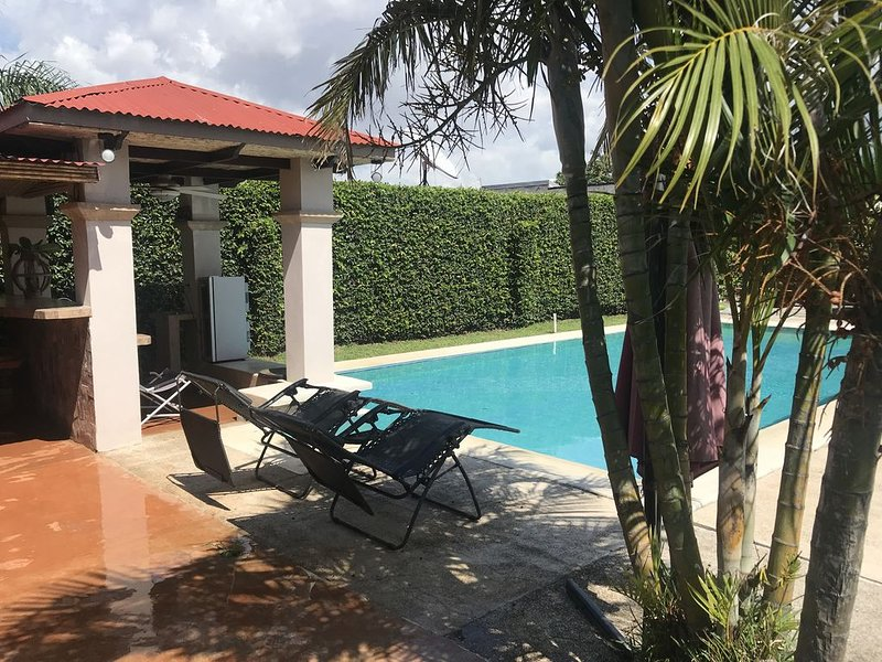 Casa Laureles. Escazu Mall. Beautiful house with private pool. 15min to downtown, alquiler de vacaciones en San Rafael de Escazu
