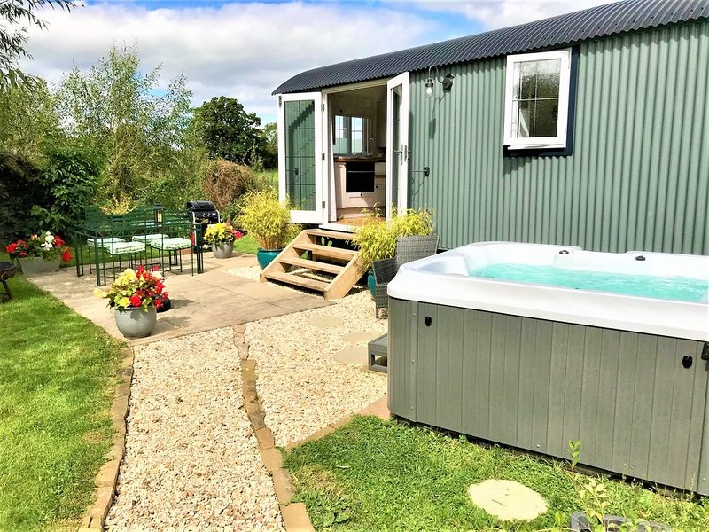 Stunning Shepherds Hut with Hot Tub in beautiful rural Cheshire near Nantwich, holiday rental in Audlem