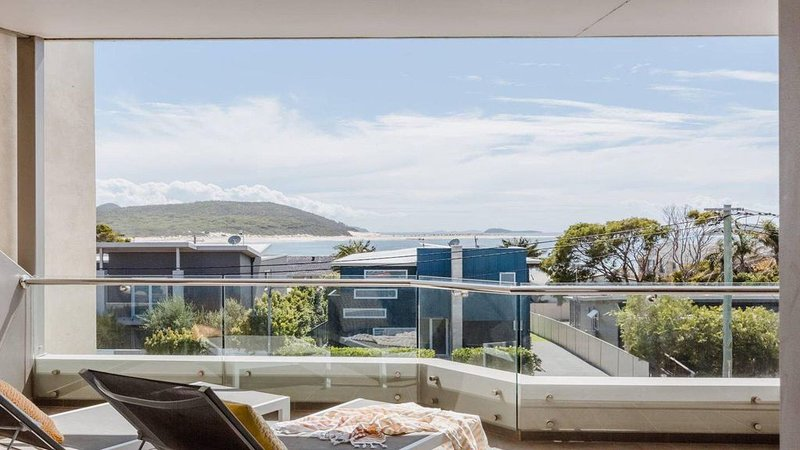 Luxury 4 bedroom apartment with amazing water views over fingal bay, within 100, vacation rental in Fingal Bay