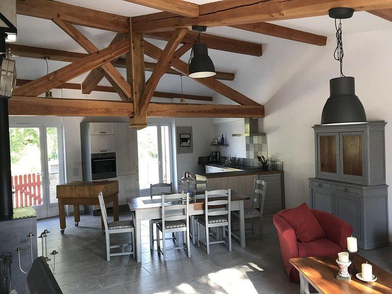 Maison en pierre 3 chambres avec jardin clos, arboré et parking privé, holiday rental in Monestier