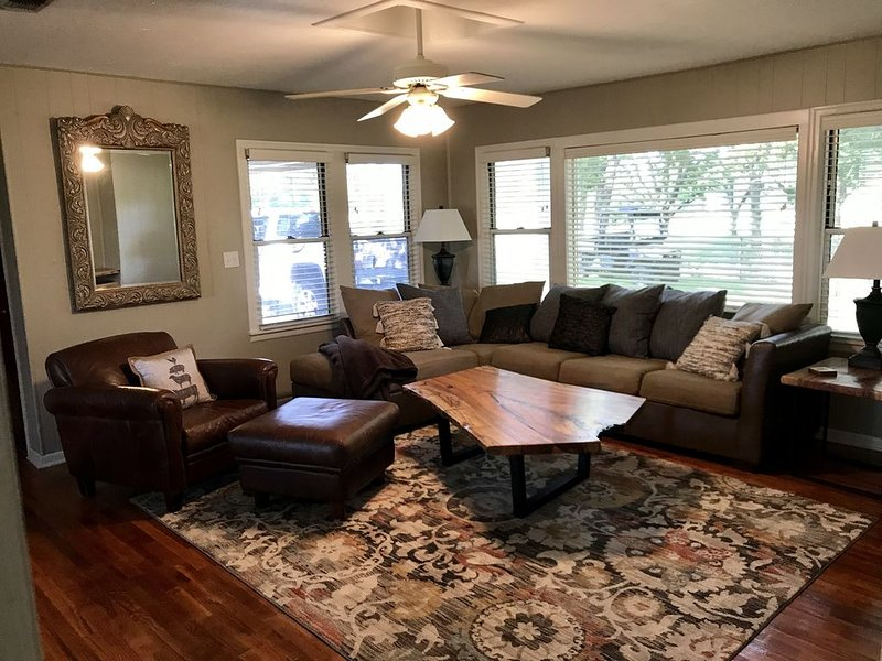 Rent entire family friendly country home with a handcrafted live edge furniture, holiday rental in Lampasas