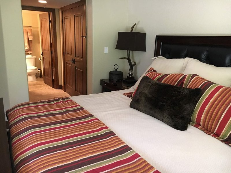 Beautiful condo located minutes from Arrowhead, casa vacanza a Wolcott