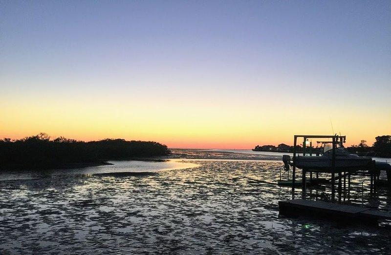 Puesta de sol desde el muelle con marea baja