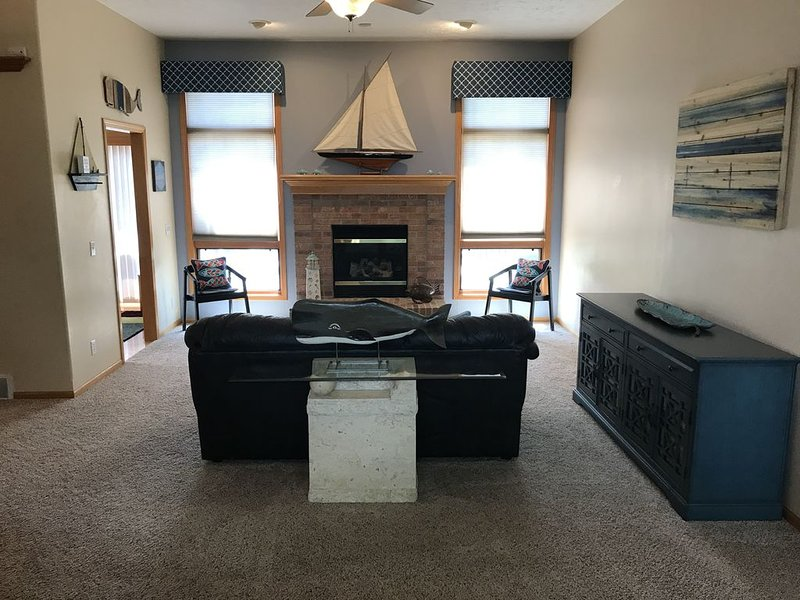 Spacious Quiet Waterfront Home Near Downtown Omaha, holiday rental in Glenwood