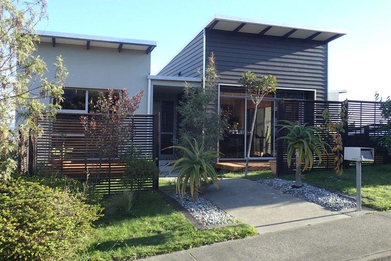 Modern Sunny Home with Stunning views, aluguéis de temporada em Redwoods Valley