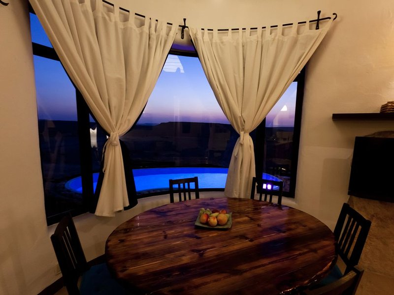 villa with an amazing desert sunset view, vacation rental in Mitspe Ramon
