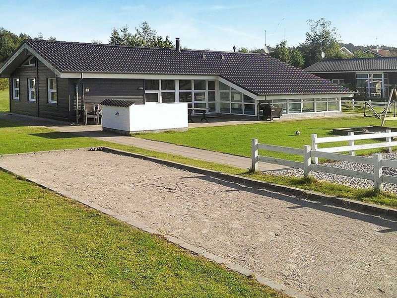 Contemporary Holiday Home in Ebeltoft with Swimming Pool, vacation rental in Balle