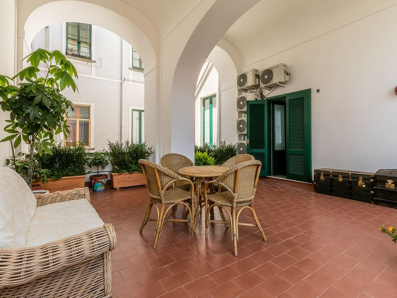 Luxury Apartment in City centre close to Naples, Pompei and Amalfi Coast, vacation rental in Roccapiemonte