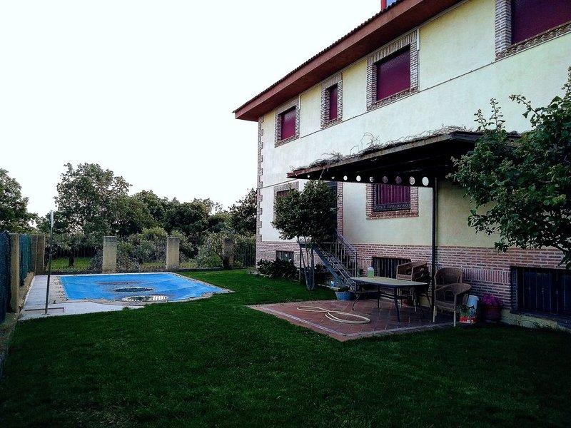 Vistas de la Sierra de Gredos y piscina para los calurosos veranos, holiday rental in Villanueva de la Vera