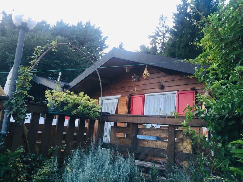 Chalet Rosa tra lago e montagna, graditi animali, alquiler vacacional en Caprino Veronese