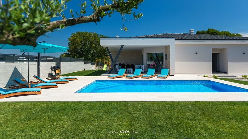Modern family villa with pool near the sea, holiday rental in Pavicini