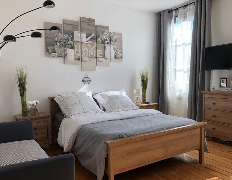1. JOLI STUDIO CALME, LUMINEUX AVEC JARDIN AU CENTRE DE MAGNY EN VEXIN, vacation rental in Magny-en-Vexin