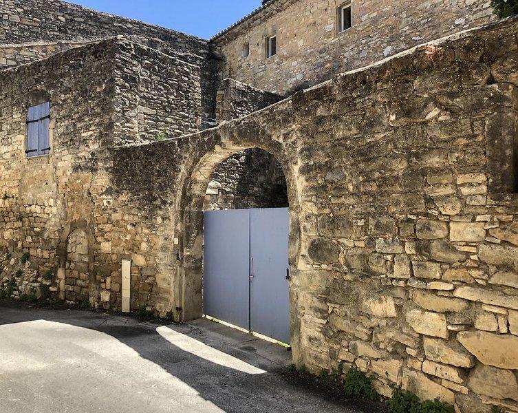 Maison en pierre avec piscine près d'Uzès, holiday rental in Saint-Maurice-de-Cazevieille