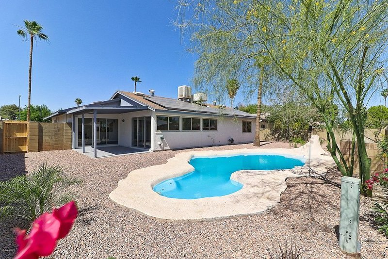 NICE! 3 BED REMODELED HOME W/POOL, GOLF, SPORTS, HIKING, SHOPPING, RESTAURANTS!, holiday rental in Glendale