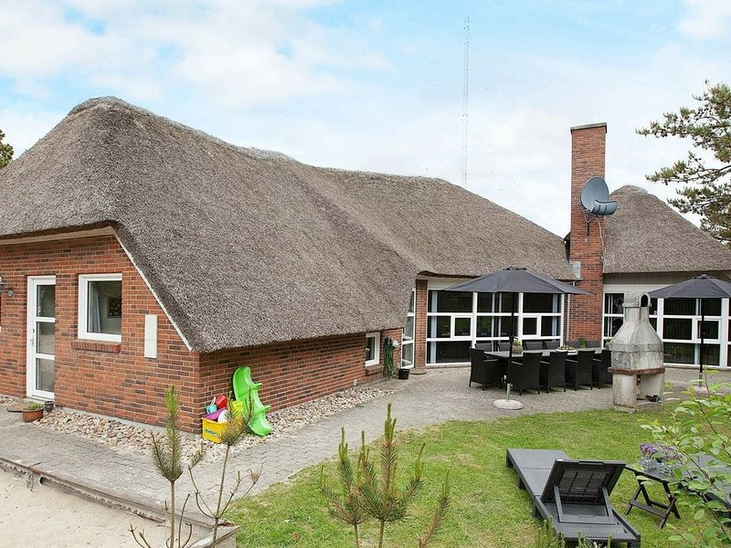 Alluring Holiday Home in Blavand Jutland With Indoor Pool, location de vacances à Varde