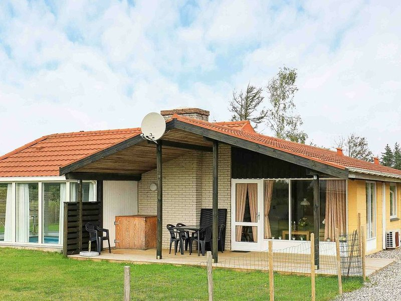 Rustic Holiday Home in Ulfborg With Indoor Pool, Ferienwohnung in Baekmarksbro