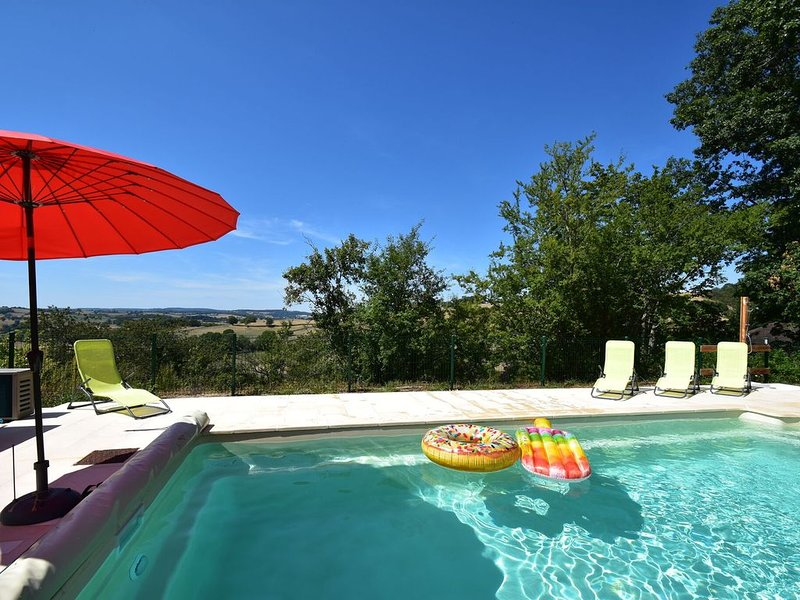 Modern holiday home with panoramic view and shared (heated) swimming pool, vacation rental in Saint-Didier-sur-Arroux
