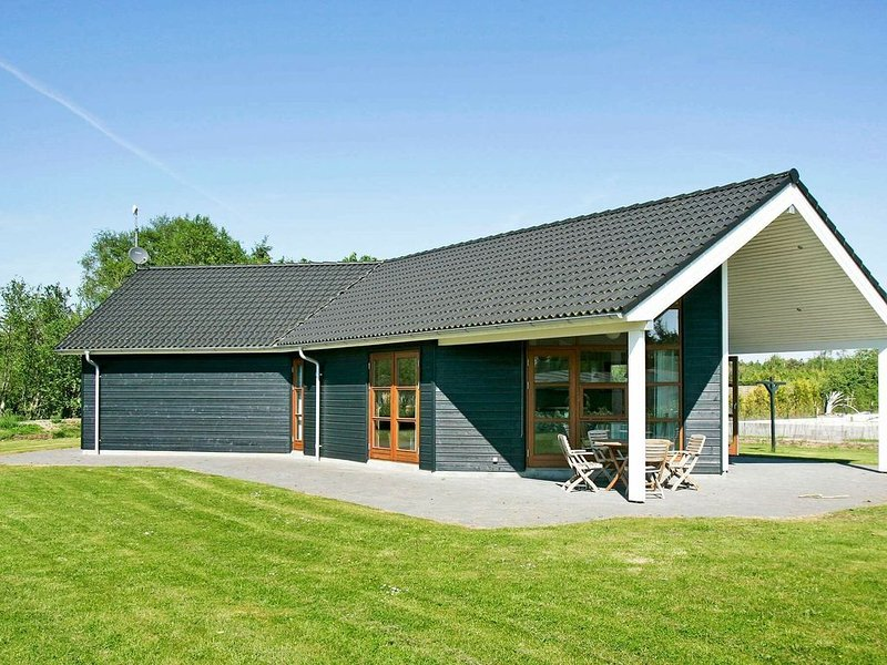 Modern Holiday Home in Storvorde with Indoor Whirlpool, holiday rental in Gistrup