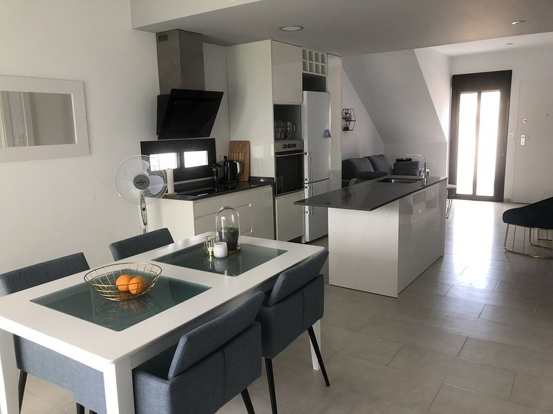 Luxury apartment 800m from Mar Menor beaches and walking distance to amenities, holiday rental in Los Cuarteros