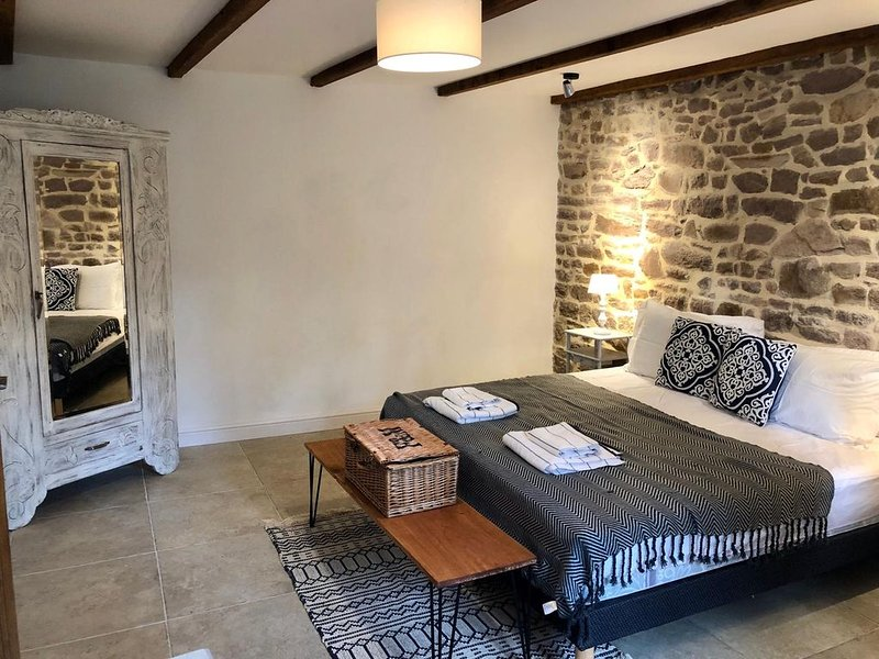 Normandy Barn Conversion in Gavray, vacation rental in La Lande-d'Airou