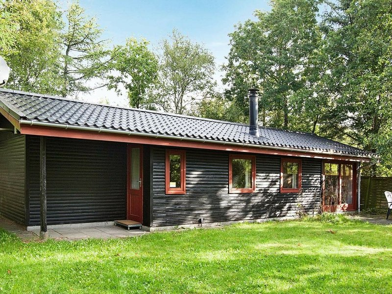 Vintage Holiday Home Near Ulfborg With Conservatory, Ferienwohnung in Baekmarksbro