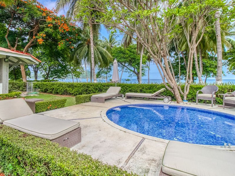 Beachfront house w/ private pool and terrace!, casa vacanza a Playas del Coco