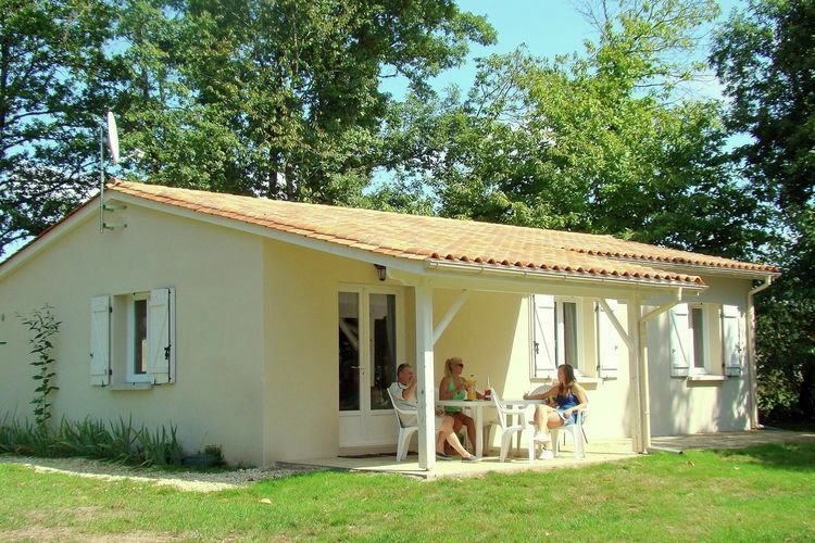Cozy bungalow in the authentic French countryside, holiday rental in Boresse et Martron
