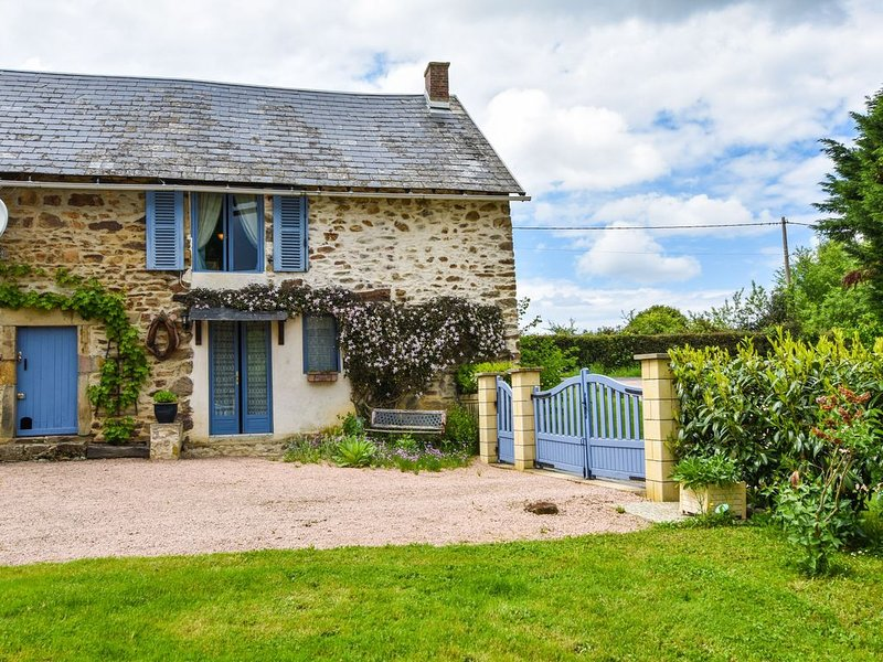 Charming typical Auvergne cottage with large garden and view of the countryside., aluguéis de temporada em Espinasse