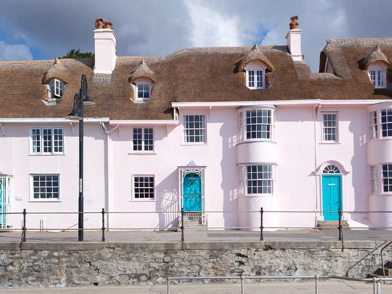 Idyllic pink, thatched, bay-windowed cottage on the seafront, vacation rental in Lyme Regis