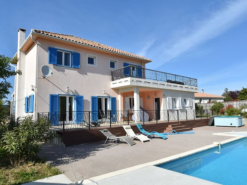 Beautiful Villa with Private Swimming Pool in Beaufort, Ferienwohnung in Beaufort