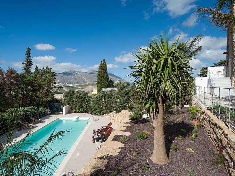 Luxury Holiday Home in Buseto Palizzolo with Swimming Pool, vacation rental in Ballata