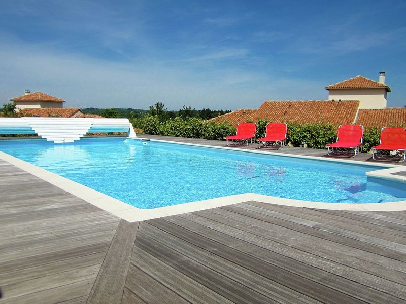 Luxury villa with private pool overlooking a challenging 18-hole golf course., location de vacances à Roussines