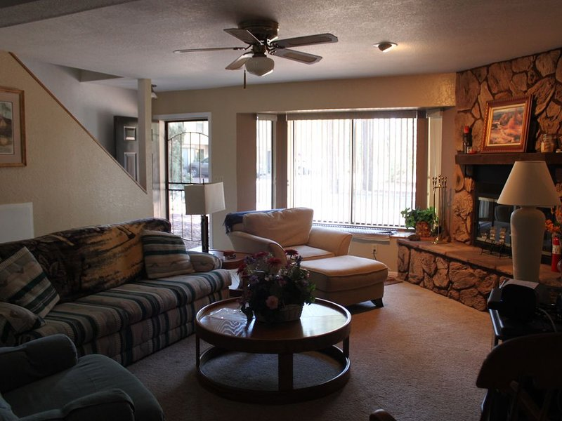 Amazing Condo In The Heart Of Pinetop- Backs Up To The National Forest, location de vacances à Pinetop-Lakeside
