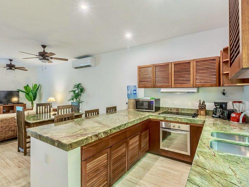 Immaculate luxury retreat! Salt-water pool, BBQ, 5min to Playa Norte, local area, holiday rental in Playa Mujeres