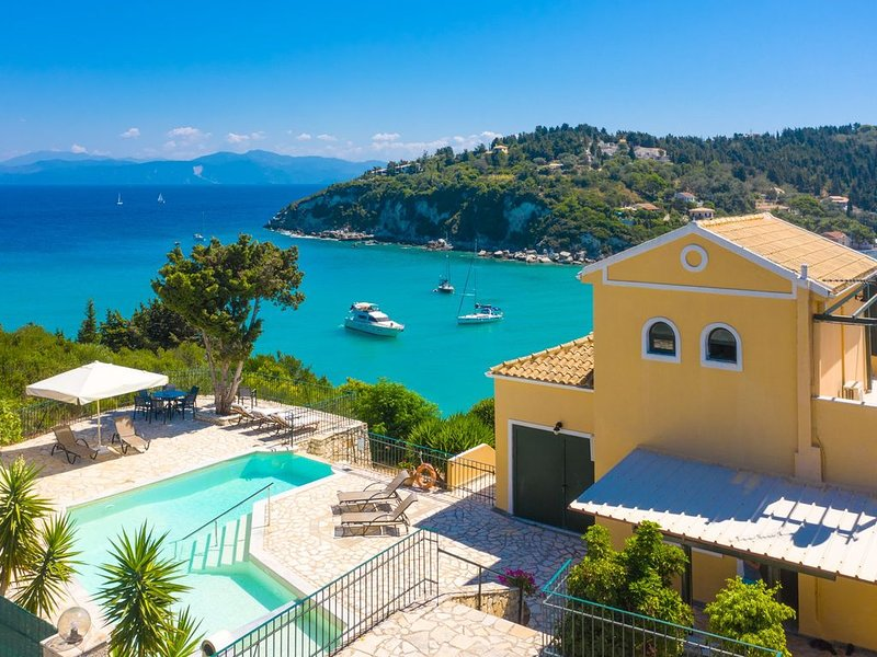 Alexander: Large Private Pool, Walk to Beach, Sea Views, A/C, location de vacances à Paxos