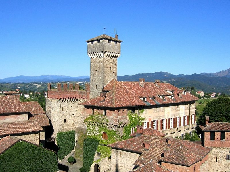 Beautiful Castle in Tagliolo Monferrato with Barbecue, location de vacances à Montaldeo