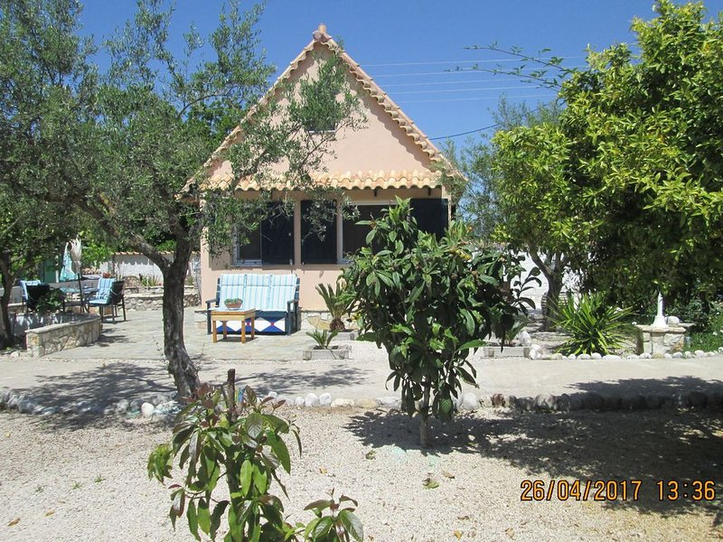 Spacious chalet on a plot of 4000m2 with fruit trees near the beach in Messinia, aluguéis de temporada em Kastania