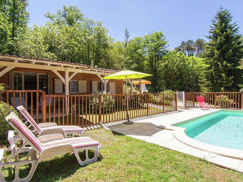 Modern Chalet in Neuvic with Private Swimming Pool, vacation rental in Manzac-sur-Vern