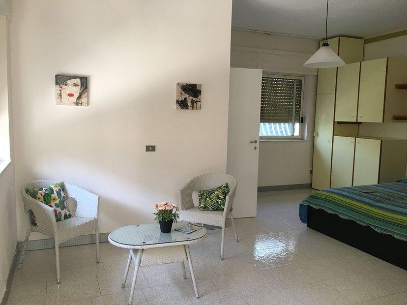 Monolocale, vicino a Fiera e Aereoporto, accesso in piscina e campo da tennis, vacation rental in Giovinazzo