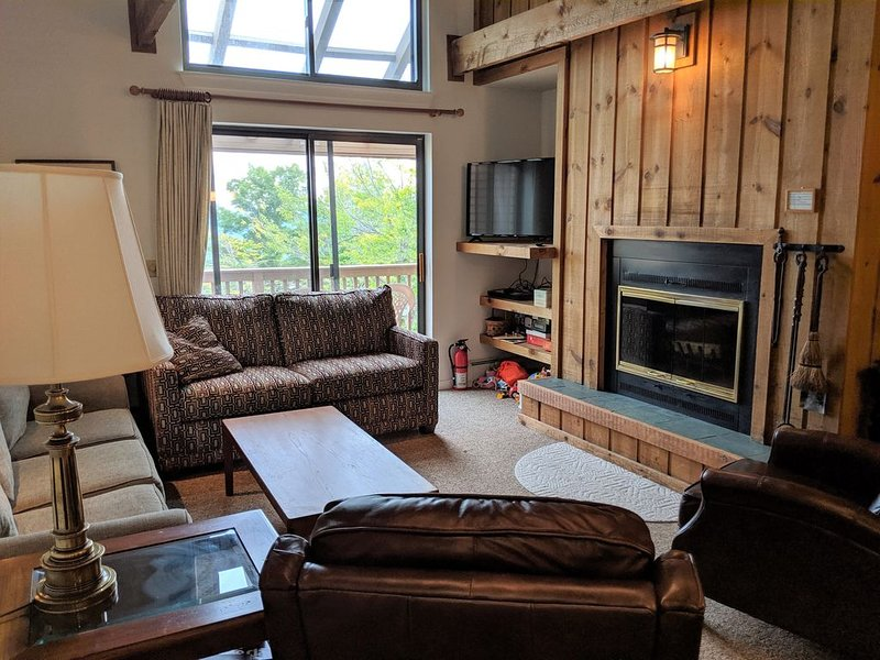 Ski on, ski off trailside condo at Okemo – semesterbostad i Ludlow