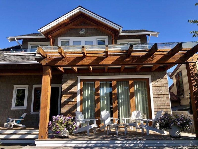 The Rowse House is modern with patios that have peek a boo views of the ocean., vacation rental in Surrey
