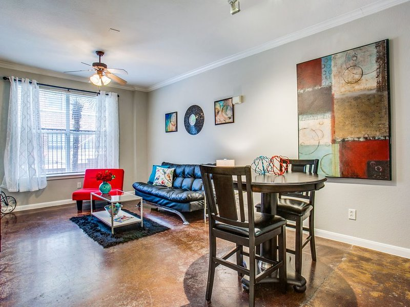 Spacious Downtown Poolside Apartment, holiday rental in Cockrell Hill
