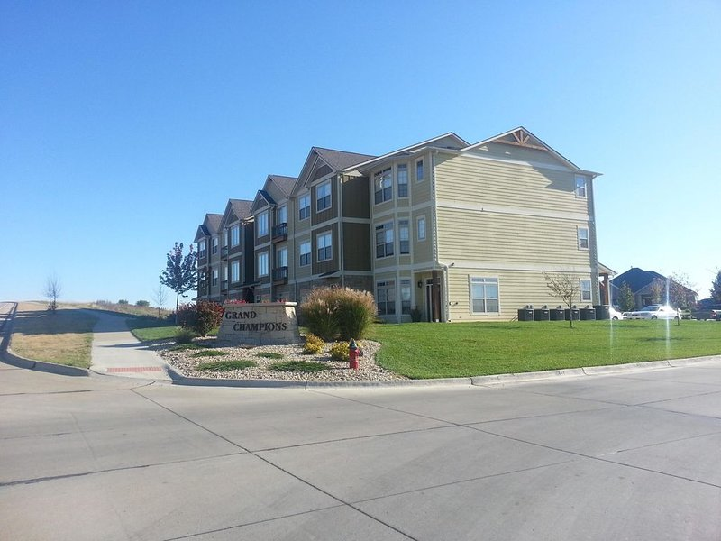 Spacious Three Level Townhome in Colbert Hills - Sleeps 10., holiday rental in Manhattan