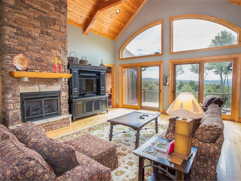 Majestic Views, Clubhouse Amenities, Pool Table, Ping Pong, Theatre Room, Close, vacation rental in Elk Park