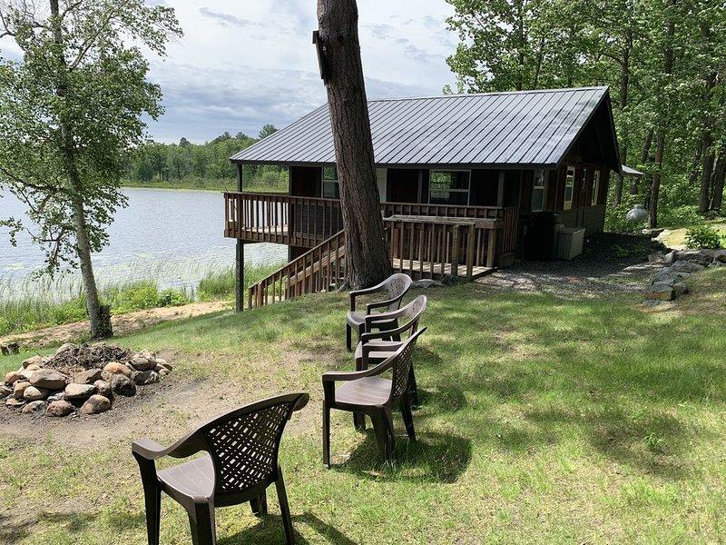 Cozy Vintage Cabin Right on the Lake. Bedroom, Lower Level & Loft. Sleeps 4., alquiler de vacaciones en Hackensack