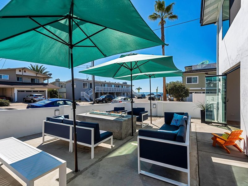 Private Patio, Steps to the Sand! Walk to Village! A/C, location de vacances à Carlsbad