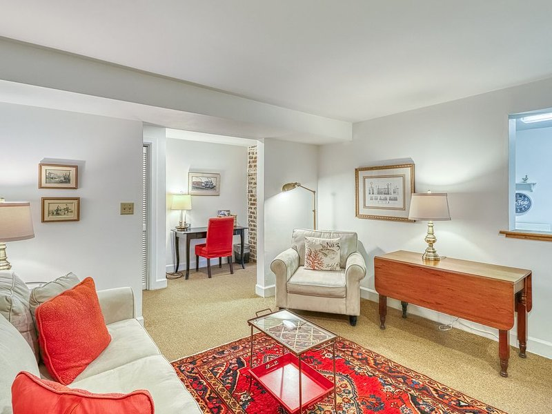 Cozy couple's retreat with a full kitchen, patio, and great central location, vacation rental in Savannah