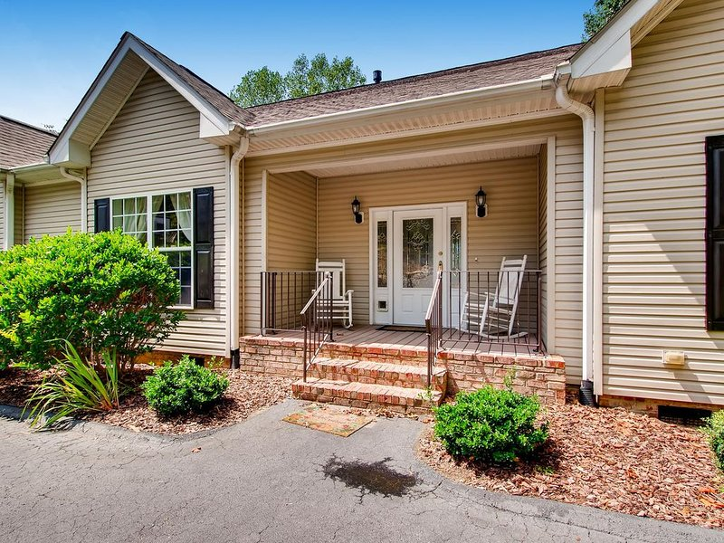 McNaron View - Amazing Views - Great Layout for family and friends to reconnect!, vacation rental in Mooresville