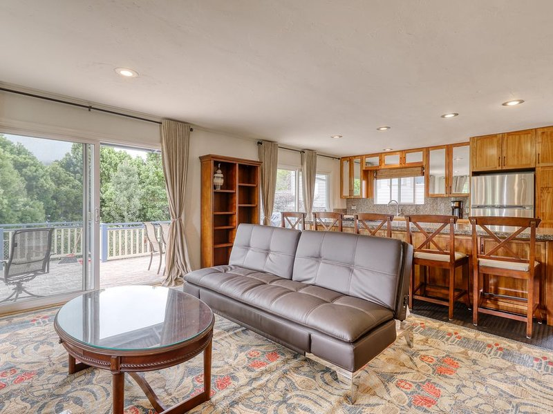 Large house w/ washer/dryer, grill, large deck, WiFi, and garage., holiday rental in Kukuihaele
